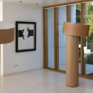 Lampa podłogowa Tilt wykonana jest z forniru, uwagę zwraca jej niebagatelny rozmiar. Marka:  LZF. Sprzedaż: 9design. Cena: ok. 5849 zł.