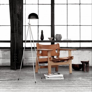 Geometryczna, oszczędna w formie lampa podłogowa Radon. Marka: Lightyears. Sprzedaż: Homelovers. Cena: od 2200 zł.
