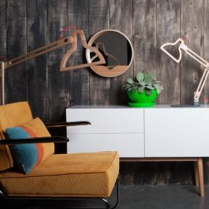 Minimalistyczna lampa Led-it-be. Całość została wykonana z drewna, drut w oplocie bawełnianym. Marka: Zuiver. Sprzedaż: CzerwonaMaszyna. Cena: ok. 1100 zł.