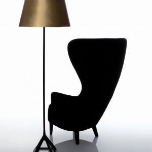 Lampa Base Light z mosiężnym kloszem o tradycyjnej formie. Marka: Tom Dixon. Sprzedaż: Indivi Design Squad. Cena: ok. 3300 zł.