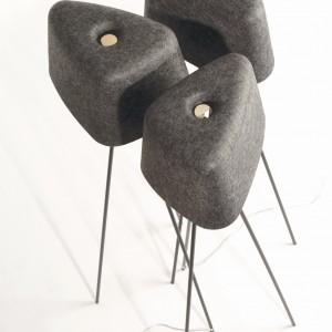 Wykonana z filcu lampa podłogowa Felt Shade Tripod Stand, baza metalowa, wys. 135 cm. Marka: Tom Dixon. Sprzedaż: Indivi Design Squad. Cena: ok. 1500 zł.