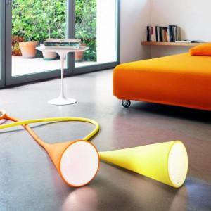 Uto to niezwykła lampa stołowo-podłogowa, stożkowy klosz umieszczony jest na dwumetrowym kablu, całość powleczona silikonową gumą. Marka: Foscarini. Sprzedaż: Atak Design. Cena: ok. 1400 zł.