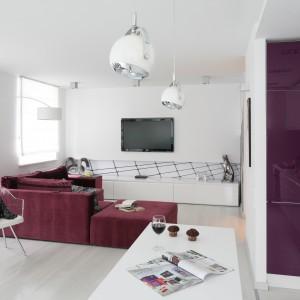 Elementem łączącym wnętrze w spójną stylistycznie całość jest także lakierowany MDF, z którego wykonane zostały wszystkie szafy, szafki oraz zabudowa kuchenna. Fot. Bartosz Jarosz.