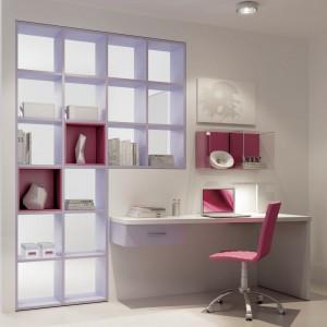Liczne półki na ścianie przy biurku ułatwiają uczennicy organizację miejsca. Fot. Moretti Compact.