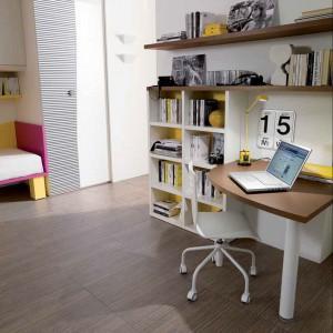 Ciekawie prezentuje się również biurko z półokrągłym blatem. Fot. Dielle.