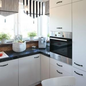 Duża ilość okien sprawia, że kuchnia jest bardzo jasna. Właściciele nie chcieli z nich rezygnować, nawet kosztem mniejszej jadalni. Fot. Bartosz Jarosz.