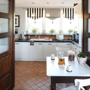 Zamykając drewniane drzwi można  dość szybko oddzielić od siebie pokój dzienny i kuchnię. Fot. Bartosz Jarosz.