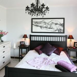 Przestronna sypialnia z bezpośrednim wyjściem na taras to miejsce, w którym właściciel mogą się skryć przed całym światem. Fot. Bartosz Jarosz.