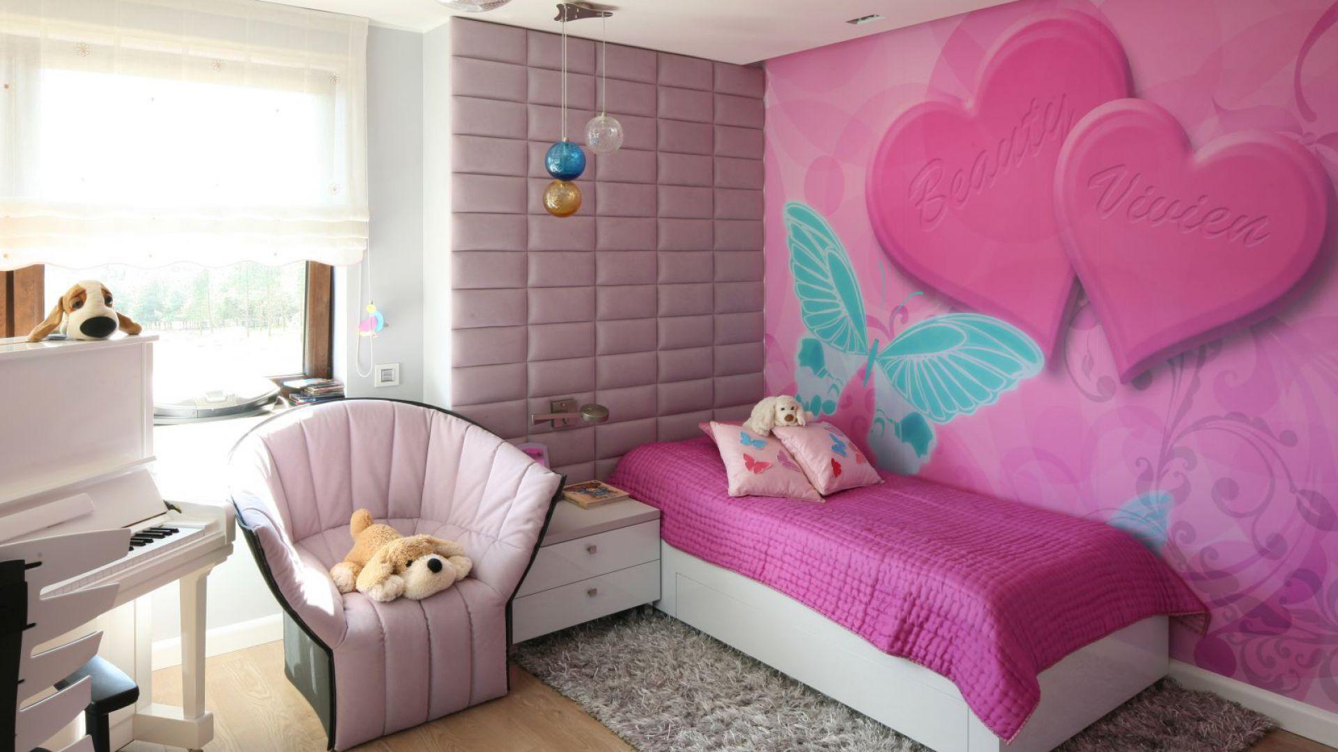 W strefie sypialnej pokoju dominuje wiele tonacji różu. Fot. Archiwum Dobrze Mieszkaj.