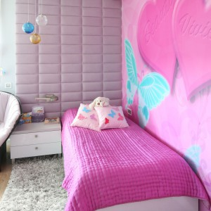 Ścianę u wezgłowia łóżka wykończono tapicerką, która posłużyła do wykonania designerskiego fotela wypoczynkowego.  Fot. Archiwum Dobrze Mieszkaj.