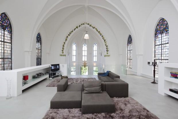 Pomysł kontrowersyjny, ale czy do przyjęcia? Holenderskie studio projektowe Zecc Architects zmieniło wnętrze wybudowanego w 1870 roku i sprzedanego w ręce prywatne kościoła we wnętrze mieszkalne jedyne w swoim rodzaju.