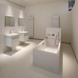 Wnętrze skąpanej w bieli łazienki. Fot. Frank Hanswijk.