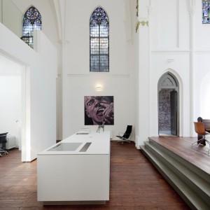 Kuchnia w miejscu, gdzie kiedyś stał ołtarz. Fot. Frank Hanswijk.
