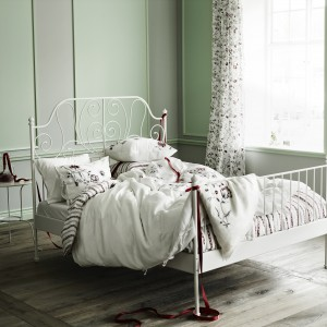 Białe,stylizowane łóżko świetnie sprawdzi się w sypialni urządzonej w romantycznym stylu. Fot. Ikea.