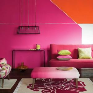 Różowe kwiaty zdobią fotel i dywan. Fot. Marks & Spencer.
