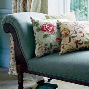 Kwieciste poduszki ożywią smutną sofę. Fot. Morris&Co.