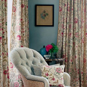 Kwieciste tkaniny znakomicie podkreślają romantyczny charakter aranżacji. Fot. Morris&Co.