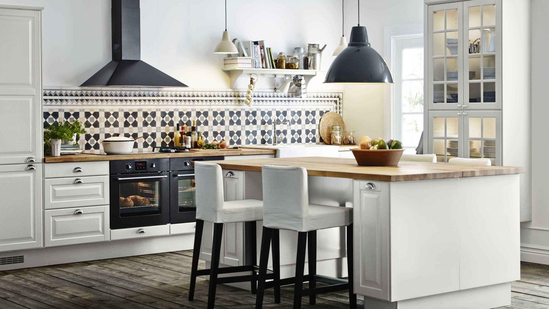 W tej kuchni lampy wiszące: nad wyspą oraz blatem roboczym pełnią zarówno funkcję praktyczną, jak i dekoracyjną. Wybrano je z tej samej linii wzorniczej, różni je jedynie kolor i wielkość. Fot. IKEA.