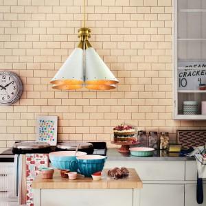 Lampa o oryginalnym, ciekawym kształcie stanowi fajny element dekoracyjny, który jednocześnie ładnie oświetla blaty roboczy. Fot. Delightfull.