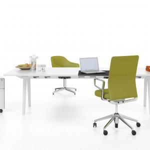 Chyba nie ma lepszego sposobu na przywitanie wiosny w pracy, jak zakup zielonego krzesła obrotowego. Fot. Vitra.
