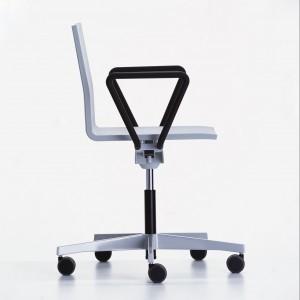 Biało-czarne krzesło Master. Fot. Vitra.
