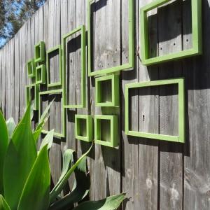 Zielone ramki ciekawie ożywiają stare deski. Fot. Therewasacrookedhouse