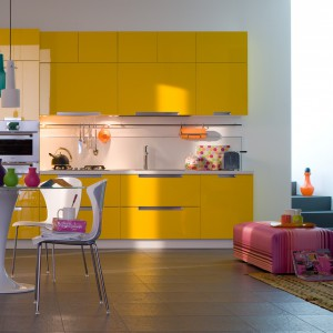 Meble kuchenne w żółtym, intensywnym kolorze. Fronty wykończone są lakierem w wysokim połysku. Wprowadzają do wnętrza dawkę pozytywnej energii. Wycena indywidualna, Veneta Cucine.