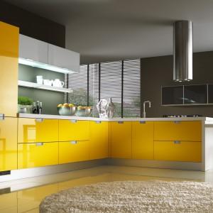 Nowoczesne meble kuchenne Lux Girasole w kolorze żółtym. Gładkie fronty w wysokim połysku ładnie odbijają światło. Wycena indywidualna, Home Cucine.