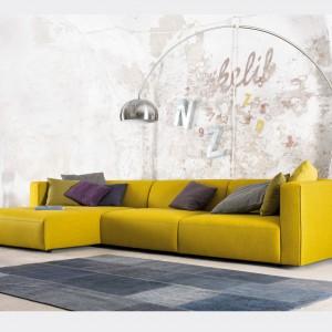 """Trend """"Żółty+szary"""". Sofa Yellow marki Kvadra w zestawieniu z szarościami. Fot. Kvadra/Le Pukka Concept Store."""