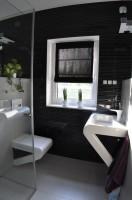 Łazienka dla gości charakteryzuje się użyciem oryginalnej i nietuzinkowej ceramiki oraz armatury łazienkowej utrzymanej w ogólnej kolorystyce domu.