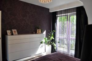 Meble zarówno w sypialni jak i w całym domu zostały zaprojektowane przez pracownię Cossma Design i wykonane na zamówienie.