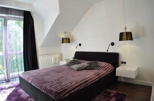 Sypialnia właścicieli zaprojektowana została w duchu  minimalistycznego glamour, dzięki czemu jest bardzo przytulna a zarazem oszczędna w wyrazie.