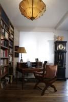 W bibliotece, oprócz bogatego księgozbioru, musiało się znaleźć również wygodne miejsce, w którym właściciele domu mogliby w spokoju kontemplować zawartość książek. Biurko-sekretarzyk i stylowy fotel prosto ze Szwecji. Fot. Monika Filipiuk.