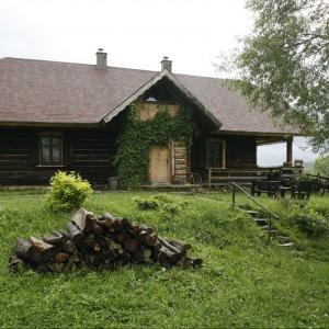 Aż trudno uwierzyć, że ten dom przywędrował do Lutowisk z okolic Rzeszowa. Przewieziono go w kawałkach, by później złożyć w tak cudowną układankę. Odmalowany został nieoczyszczoną ropą, która chroni drewno i daje ciepłobrązowy kolor. Fot. Bartosz Jarosz.