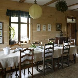 Na długim, jadalnianym stole zawsze stoi kilka nakryć. Jagoda to wyborna kucharka. Serwuje gościom dania z ekologicznych produktów, grzybów zbieranych w bieszczadzkich lasach, dżemiki z warzyw i ser z mleka kóz, pasących się kilka kroków od werandy. Fot. Bartosz Jarosz.