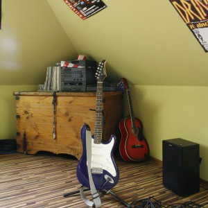 Na podłodze, niczym na scenie, dumnie prezentują się gitary. Fot. Archiwum Dobrze Mieszkaj.