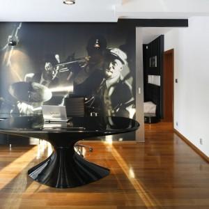Drewniana podłoga znakomicie podkreśla elegancki charakter wnętrza. Fot. Bartosz Jarosz.