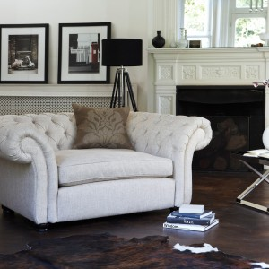 Biały fotel z pikowanym oparciem i podłokietnikami szczególnie pasuje do wnętrz klasycznych, ale może być także ciekawym detalem w nowoczesnej aranżacji. Fot. Furniture Village.