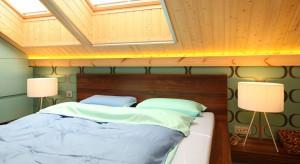 W drewnianym domu z bali sypialnia nie mogła wyglądać inaczej. We wnętrzu dominuje drewno, które przyjemnie łączy się z nowoczesnymi formami, wzorami i kolorami.