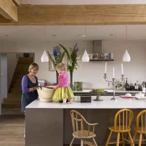 Wyspa jest praktycznym elementem wnętrza. Znajduje się na granicy kuchni i części wypoczynkowej. Fot. Narratives.