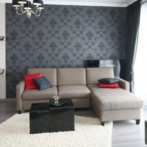 Czarny barokowy żyrandol pięknie się prezentuje na tle ozdobnej tapety. Fot. Bartosz Jarosz.