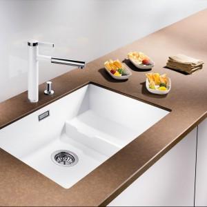 Zlewozmywak kuchenny, podblatowy Blancosubline 700-U. Kompozytowy, wykonany z Silgranitu PuraDur II, zapewniającego łatwość pielęgnacji i trwałość. Nowoczesna i elegancka forma komory 2w1: komfort i funkcjonalność na dwóch poziomach. Zintegrowana powierzchnia do odstawiania i suszenia naczyń. Ok. 3.500 zł, Blanco/Comitor.