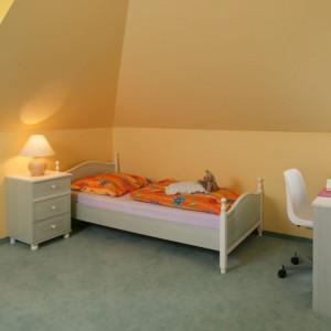 Łóżko ustawiono w najspokojniejszym zakątku pokoju, czyli najbardziej oddalonym od drzwi. Fot. Archiwum Dobrze Mieszkaj.