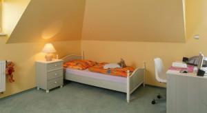 Dziecięcy pokój na poddaszu chociaż ma niewielkie okna, to pełen jest słońca. Żółty kolor ścian sprawia, że słoneczna aura panuje we wnętrzu nawet gdy pada deszcz.