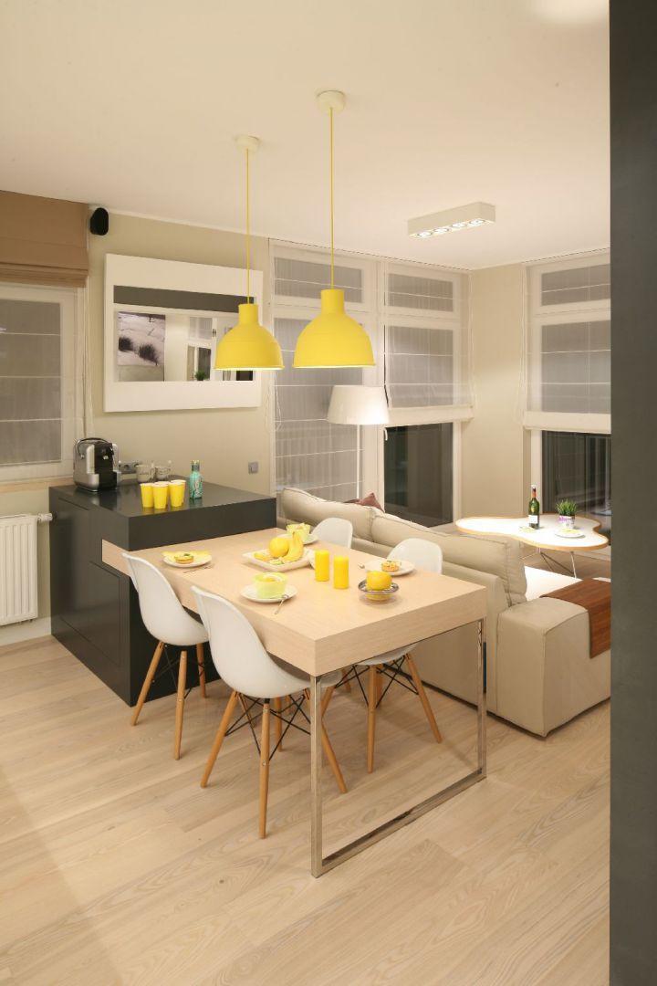 Sofa odwrócona plecami do stołu czy aneksu kuchennego sprawdzi się jako sposób na wydzielenie przestrzeni w naprawdę małym wnętrzu. Proj. wnętrza arch. Lucyna Kołodziejska. Fot. Bartosz Jarosz.
