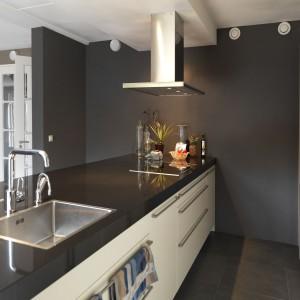 Emulsja lateksowa Łazienka&Kuchnia do pomieszczeń narażonych na wilgoć. Odporna na szorowanie i plamy (oleje, barszcz, detergenty). Zabezpiecza ścianę przed działaniem wilgoci oraz rozwojem grzybów pleśniowych. Pachnie podczas malowania. Wydajność: do 10 m²/l. Dostępna w 20 różnych kolorach. Ok. 68 zł/2,5 l, Dekoral.
