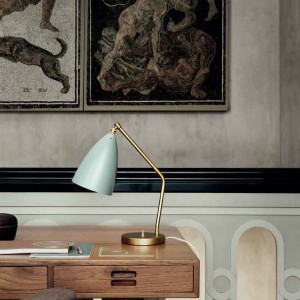 Pastelowa lampka marki Gubi. Fot. Nordic Muebles.