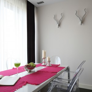 Krzesła zaprojektowane przez jednego z najbardziej znanych współczesnych designerów Philippe Starca, wykonane są z przezroczystego i zabarwionego poliwęglanu. Są stabilne i trwałe, a przy tym pełne wdzięku i elegancji. Projekt: Agnieszka Żyła. Fot. Bartosz Jarosz.