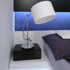 Poza dekoracyjnym oświetleniem LED znajdującym się za wezgłowiem oraz pod ramą przemyślano oświetlenie niezbędne do czytania . Proj.arch.Dominik Respondek. Fot.Bartosz Jarosz.