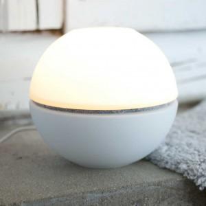 Lampa Taronto o prostej, minimalistycznej formie. Lampka wyposażona w żarówkę LED o żywotności 25 000 godzin. Fot.Calabaz.
